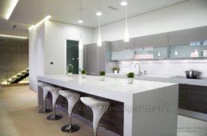 Фото: белая кухня в стиле хайтек