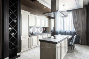 Фото: белая кухня в стиле прованс островок