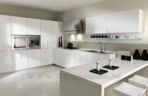 фото: белая кухня в современном стиле из массива
