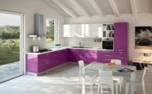 фото: пурпурная кухня в современном стиле их мдф